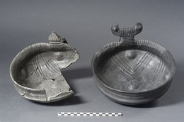 On the left: a large bowl with raised handle and decorated internally with a cross motif. Middle Bronze III (1450 - 1440 BC). On the right: reproduction achieved using methods used in experimental archaeology.
