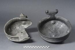 A sinistra: grande ciotola carenata con ansa sopraelevata e vasca decorata internamente con un motivo a croce, Bronzo Medio III (1450 - 1440 a.C.). A destra: riproduzione effettuata con i metodi dell'archeologia sperimentale