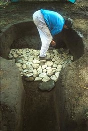Fase iniziale della costruzione di una fornace per ceramica. La ricostruzione è stata effettuata prendendo a confronto una fornace dell'Età del Bronzo della terramara di Basilicanova (Parma)