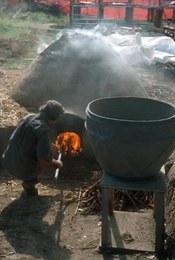 La cottura dei vasi avviene solo dopo un ulteriore periodo di essiccamento, la cui durata dipende dalla dimensione del vaso e dalle condizioni atmosferiche. Una volta perfettamente essiccati i vasi sono cotti nelle due fornaci ricostruite all'interno del Museo all'aperto. La fornace più grande è stata utilizzata per cuocere i vasi di dimensioni maggiori come i dolii