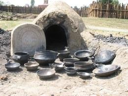 La fornace più piccola è stata usata per i vasi di dimensioni minori. L'intero ciclo di cottura, durante il quale si possono anche superare gli 800 gradi, si protrae per diverse ore e necessita di una sorveglianza continua del combustibile e del tiraggio dell'aria