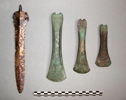 Pugnale e asce utilizzati come modelli per le riproduzioni (Terramare di Montale e Gorzano, circa XV sec. a.C.)