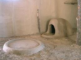 Nelle due abitazioni, a diretto contatto con il pavimento, sono stati costruiti alcuni focolari e due forni a cupola