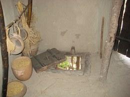 Sul pavimento di una delle due abitazioni è stata ricavata anche una botola che poteva essere utilizzata per lo scarico delle ceneri e di altri rifiuti