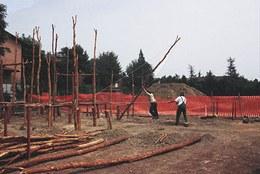 Avvio della costruzione della prima casa: dopo lo scavo delle buche per l'alloggiamento dei pali, innalzamento dei montanti verticali.