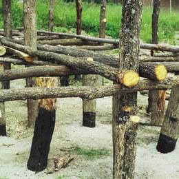 Costruzione dell'impalcato mediante l'alloggiamento sui pali montanti di architravi. Su questi vengono posizionati perpendicolarmente altri pali orizzontali per conferire maggiore rigidezza alla struttura