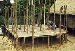 Posa della pavimentazione lignea dell'impalcato realizzata con mezzi tronchi