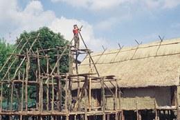 Messa in opera dei puntoni per la realizzazione del tetto a due spioventi