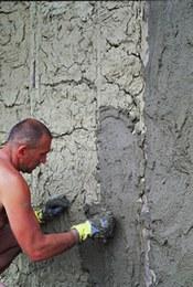 L'intonaco, simile a quello trovato in minuti frammenti nello scavo, è stato realizzato con un impasto di limo, sabbia e limitate quantità di sterco animale