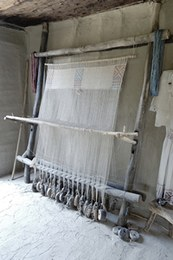 Il telaio più grande è stato armato con un ordito di lino formato da 650 fili distribuiti su 32 pesi