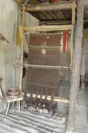 Il telaio più piccolo ha un ordito di lana per un totale di 360 fili distribuiti su 12 pesi