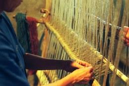 Operazione preliminare per la tessitura è il montaggio del liccio