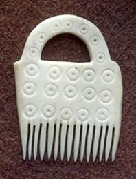 Per compattare i filati si utilizzavano dei piccoli pettini in osso o in corno